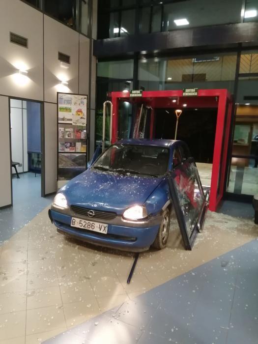 El vehicle ha entrat a dins de la comissaria