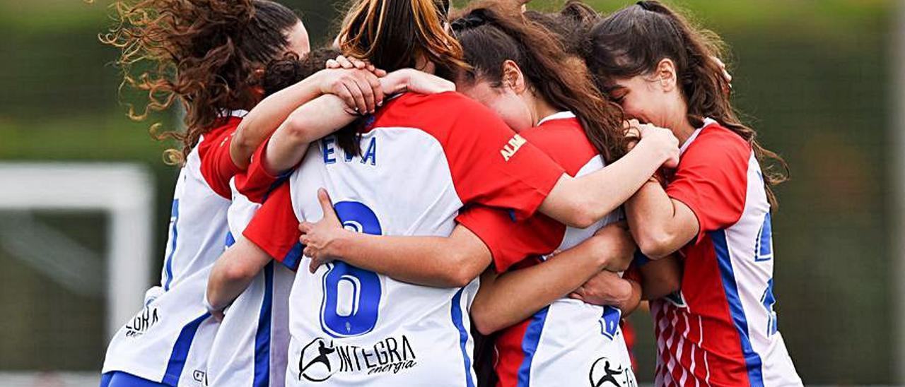 Jugadoras del Sporting B femenino celebrando un gol.   RSG