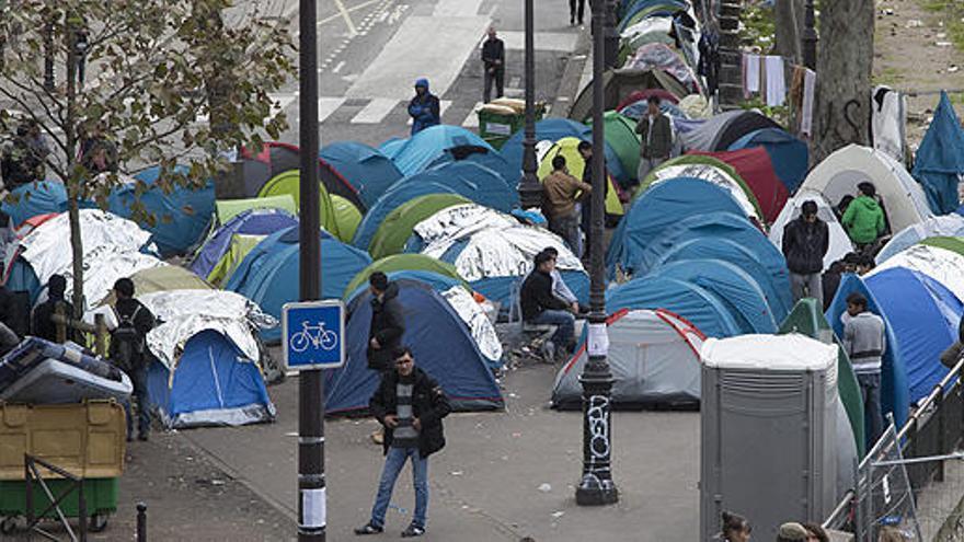 Crece el campamento de inmigrantes de París tras el desalojo del de Calais
