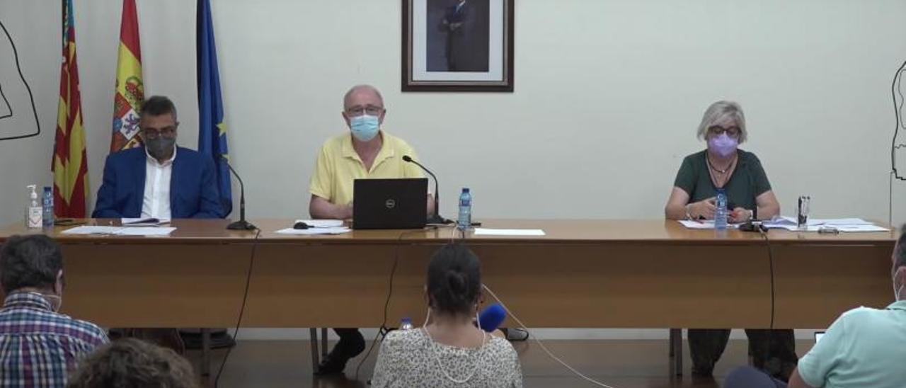 Paco Salom y Sara Diert en el pleno del pasado miércoles visiblemente distanciados. | LEVANTE-EMV