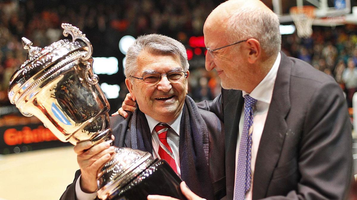 Miki Vukovic volvió a levantar la Copa de 1998 en el homenaje que le brindó el Valencia Basket en 2016. | F. CALABUIG