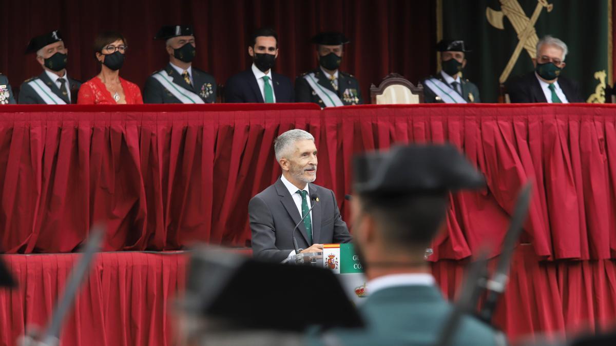 El ministro del Interior, Fernando Grande-Marlaska, durante su intervención en el desfile de la Guardia Civil en Córdoba.