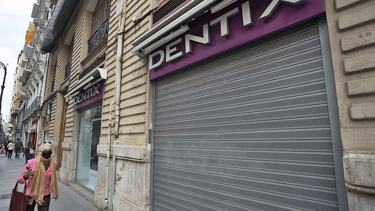 Cierre de una clínica Dentix, en octubre de 2020, en la calle Ruzafa de València.   GERMÁN CABALLERO