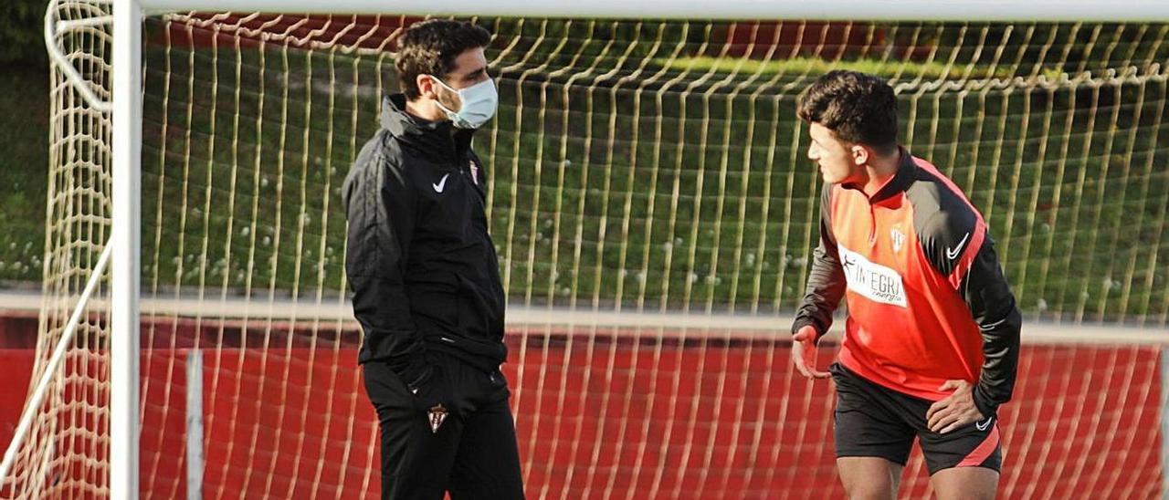 David Gallego habla con Manu García durante el entrenamiento de ayer en Mareo.