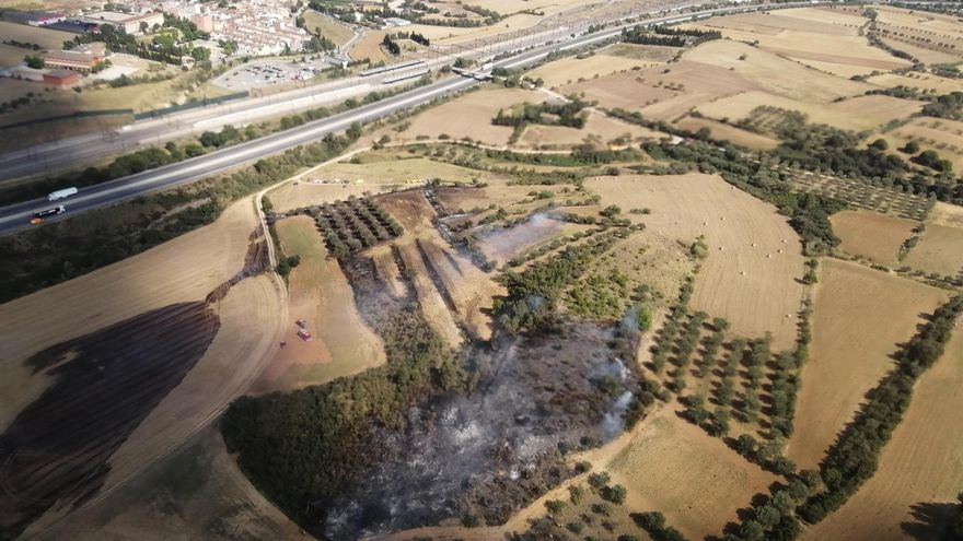 Un helicòpter de Bombers fa una descàrrega d'aigua sobre el focus de l'incendi de Vilafant