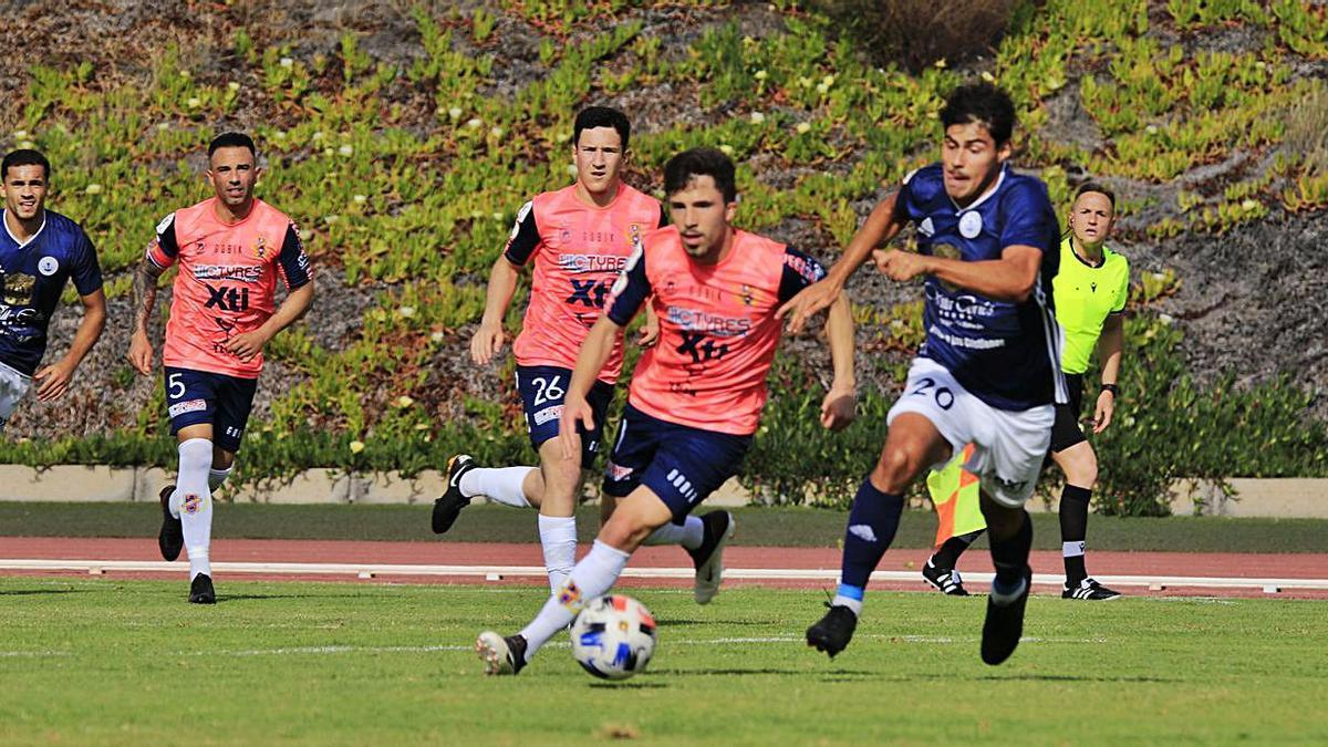 El delantero del Marino Jurgen busca un balón ante la presión de varios jugadores del cuadro murciano. | | GABRIEL ARBELO