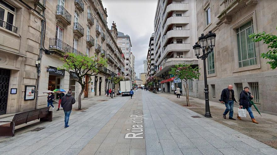 Un hombre cae desde un balcón sobre otras dos que tomaban algo en una terraza de Ourense