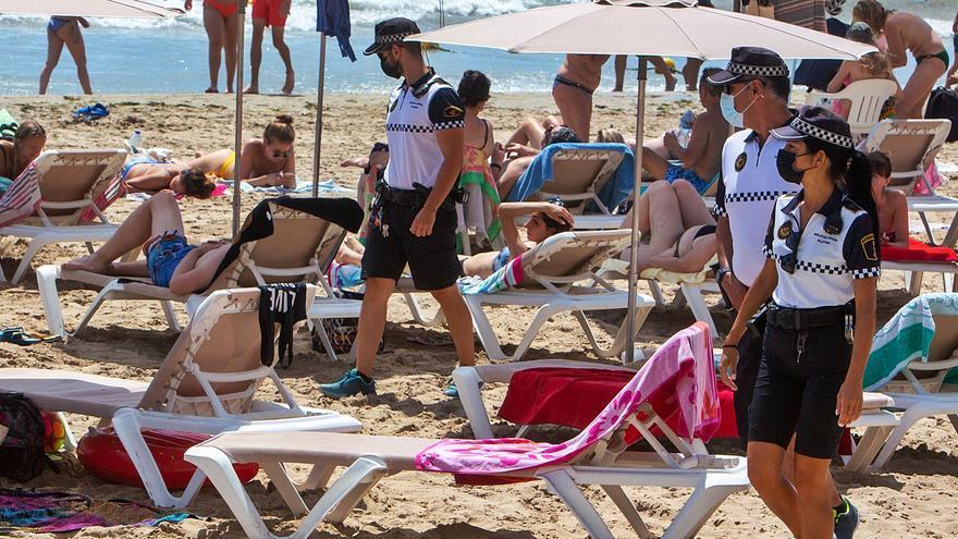 La presión policial reduce drásticamente los «mojiteros» y la venta ambulante en las playas