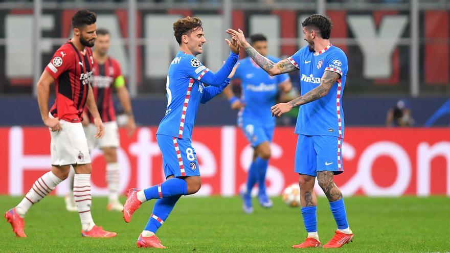 El Atlético remonta en el descuento ante un Milan en inferioridad