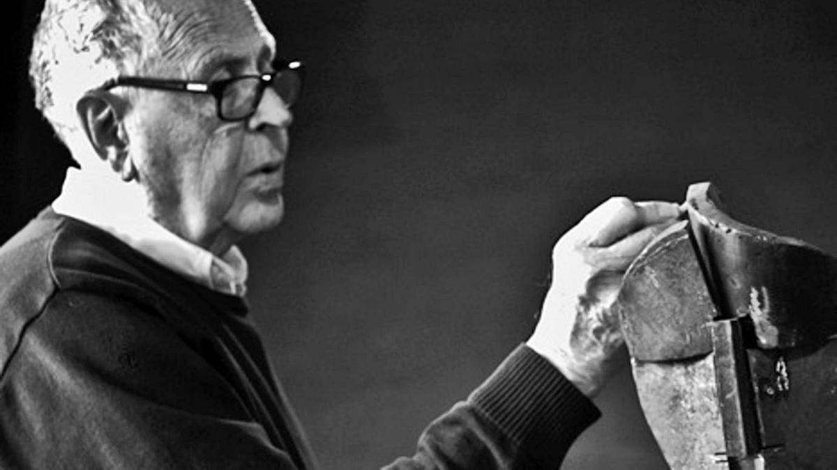 El escultor Martín Chirino, con su pieza 'Jano' (2000).    