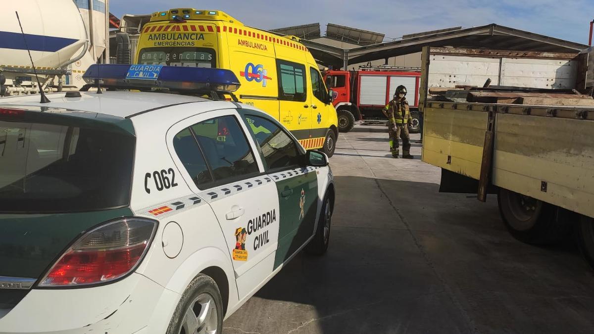 Lugar del accidente en la fábrica de Abanilla, con presencia del 061 y Guardia Civil