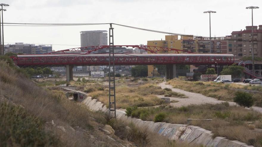 El Síndic urge al bipartito a actuar en el Puente Rojo: limpieza, seguridad y atención social a los sintecho