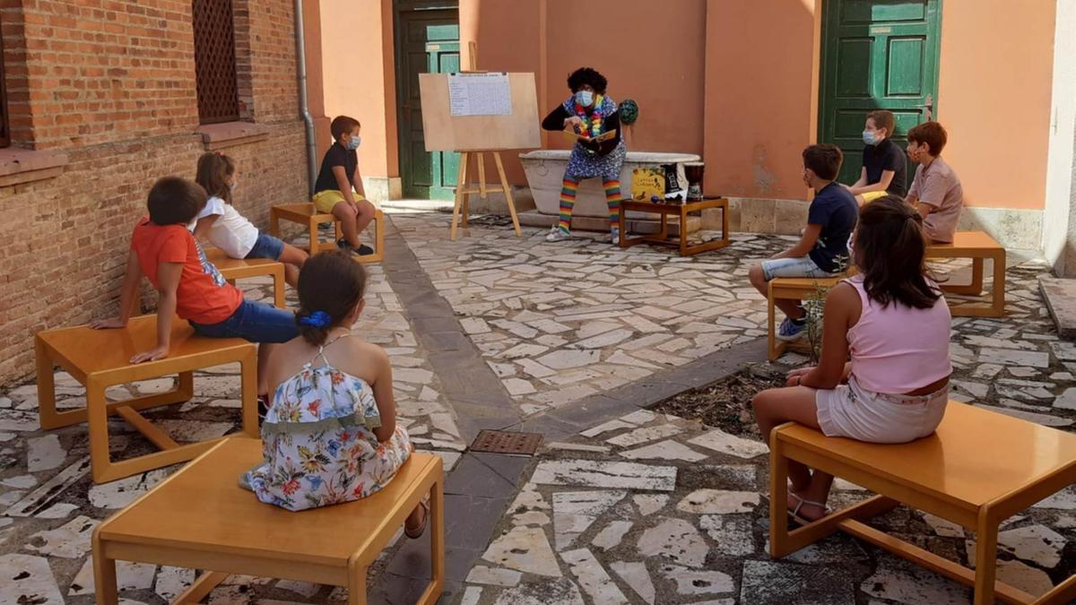 """Juan Antonio Menoyo """"ÑOÑO"""", en un momento del cuentacuentos celebrado en la biblioteca municipal"""