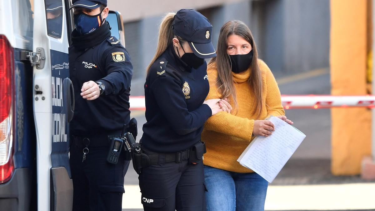 La Policía Nacional traslada a la Audiencia de Almería a Ana María B.