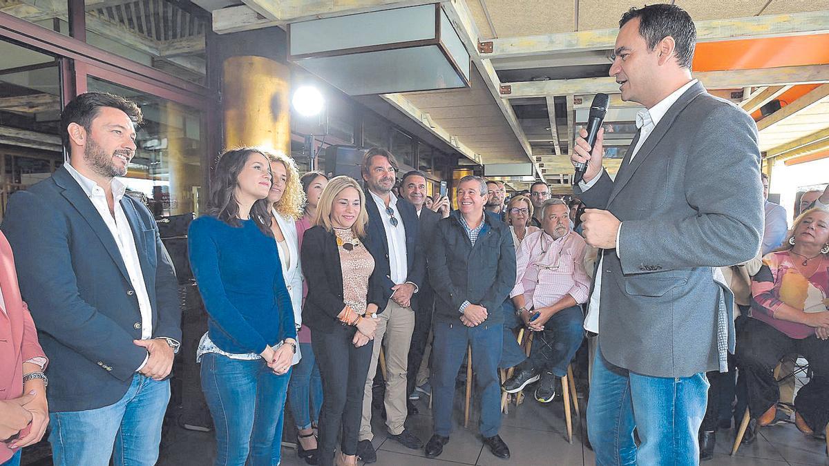 Imagen de archivo de un acto electoral en 2019 en la capital grancanaria con la líder de Cs, Inés Arrimadas, y el candidato al Congreso, Saúl Ramírez.