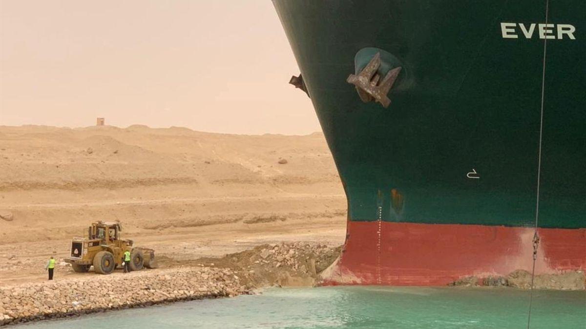 El Canal de Suez sigue bloqueado y provoca el mayor atasco marítimo mundial