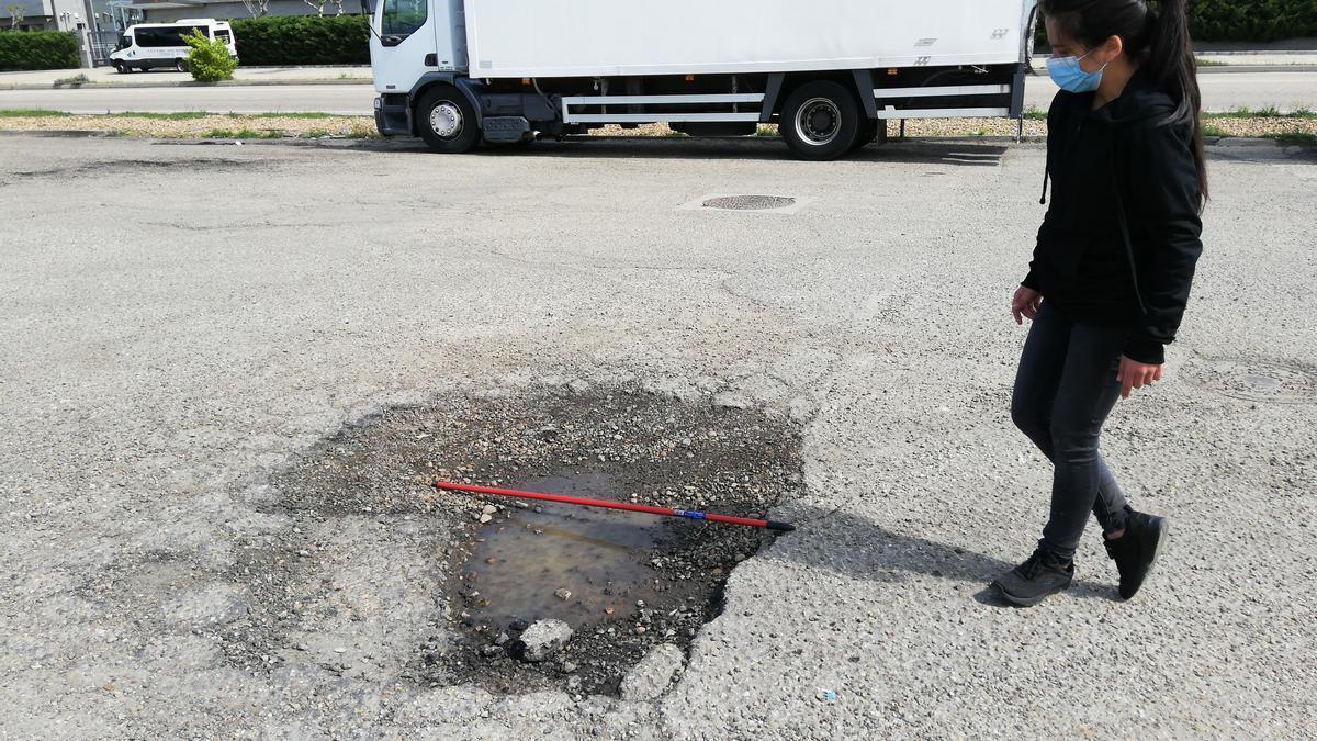 Uno de los baches en la carretera de Benavente afectada.