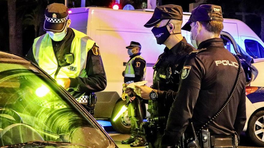 La Policía Nacional establece un dispositivo para garantizar el cumplimiento de las medidas de control del COVID-19.