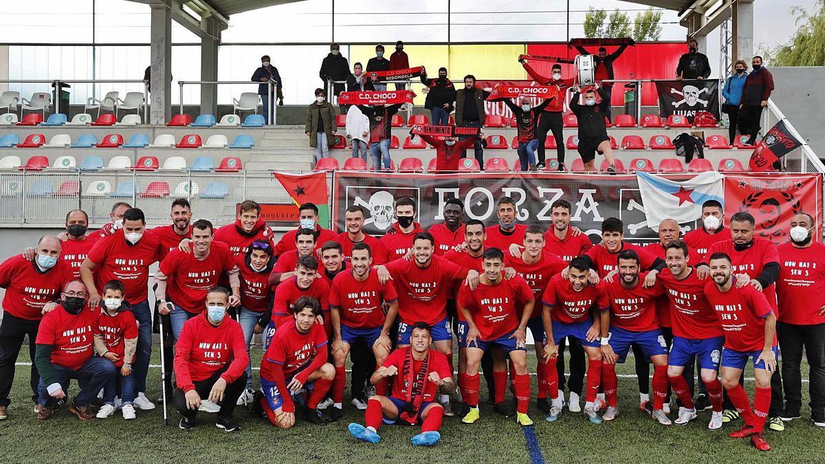 Los jugadores del Choco celebran con los aficionados la clasificación para el play off de ascenso a Segunda Federación.    // PABLO HERNÁNDEZ