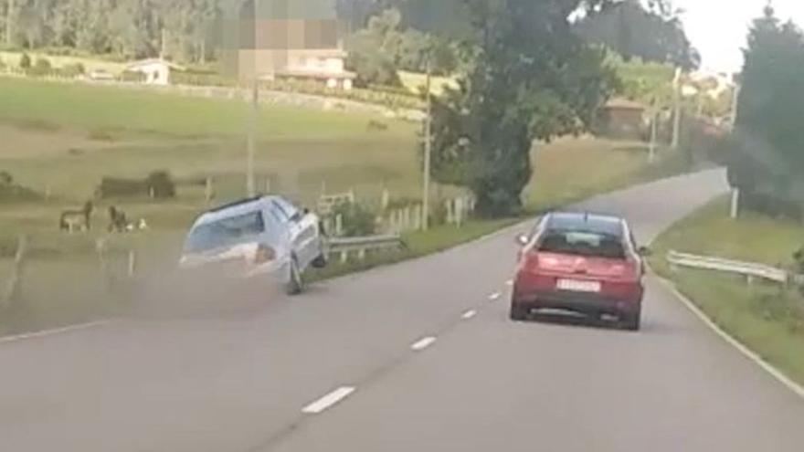 VÍDEO: Espectacular accidente en la carretera Avilés-Luanco: un coche intenta un arriesgado adelantamiento y acaba volando por los aires
