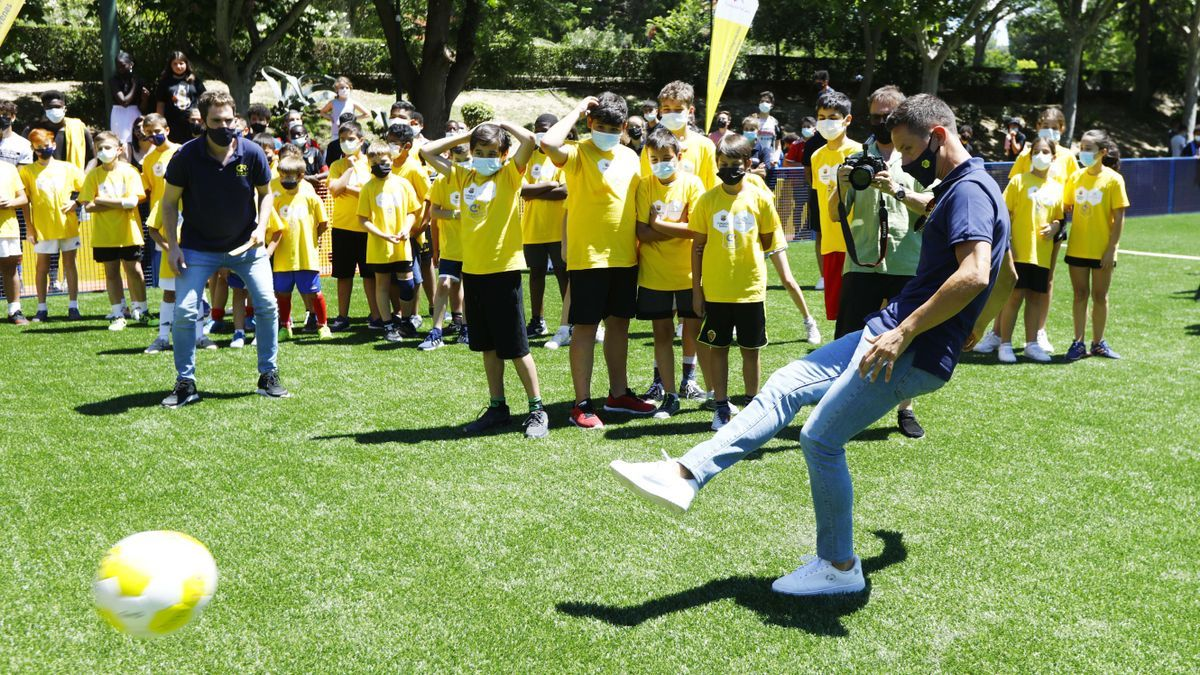 Ander Herrera lanza un penalti ante la mirada de los jóvenes.