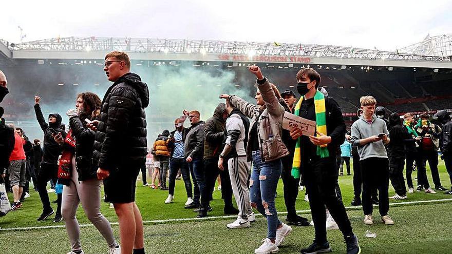 Una invasió a Old Trafford suspèn el United-Liverpool