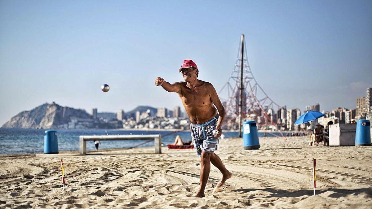 Un jubilado juega a la petanca en la playa de Levante de Benidorm, en enero de 2017.    DAVID REVENGA