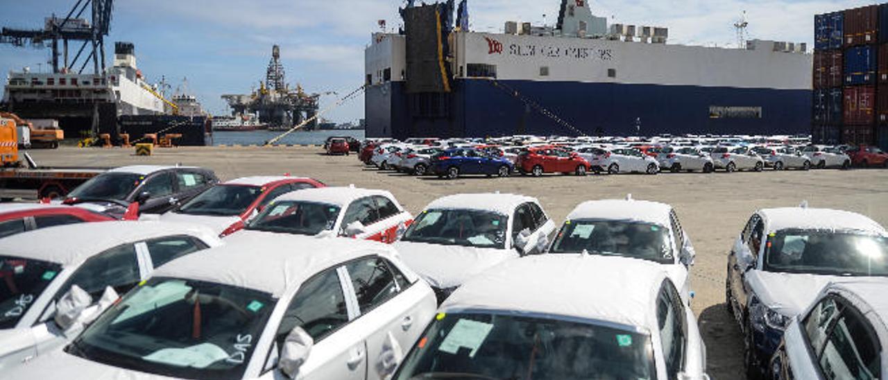 Vehículos en la terminal de La Luz después de ser descargados de los dos buques de Suardiaz, ayer.