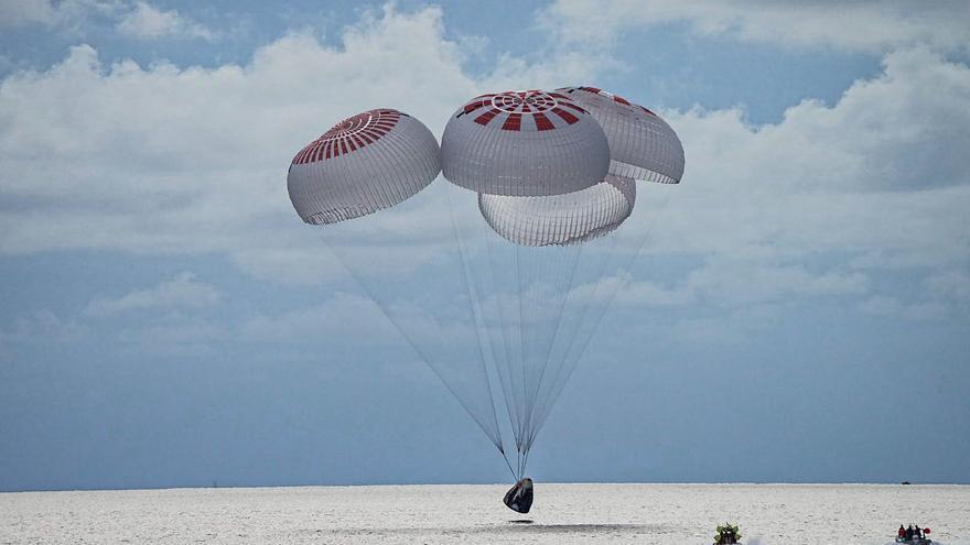 Regresa con éxito el primer vuelo espacial sin astronautas profesionales