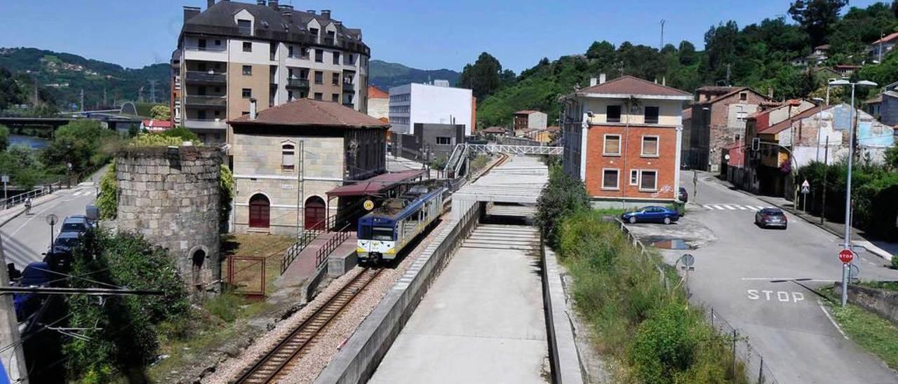 Un tren circula a la altura de la estación de Feve de Sama, que dejará de utilizarse cuando los convoyes vayan por el túnel.