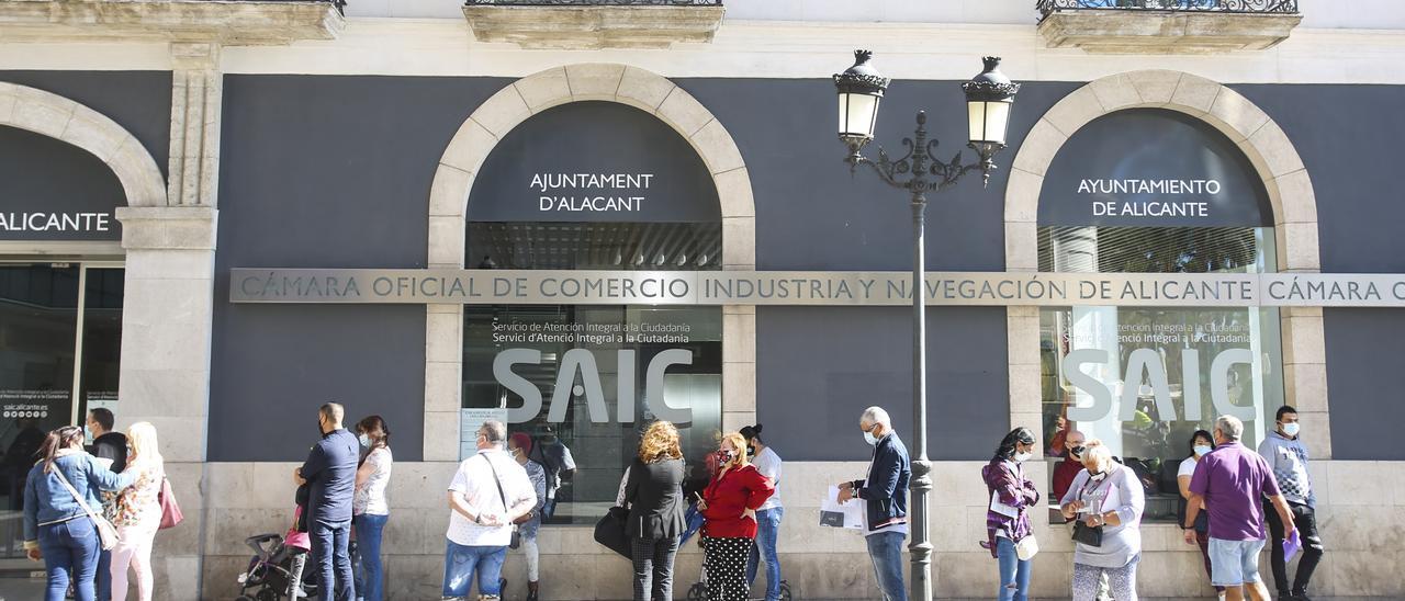Ciudadanos ante la oficina de información municipal de la calle Cervantes en una imagen de octubre de 2020