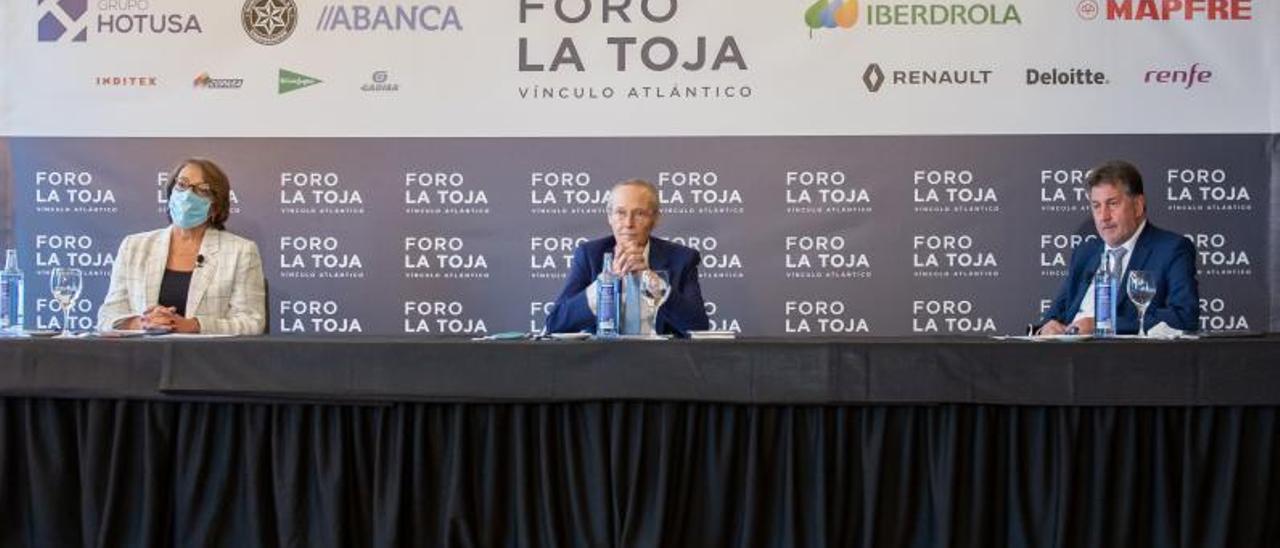 Carmen Martínez Castro, Josep Piqué y Amancio López Seijas, ayer, en la presentación de la nueva edición del Foro La Toja. |   // FORO LA TOJA