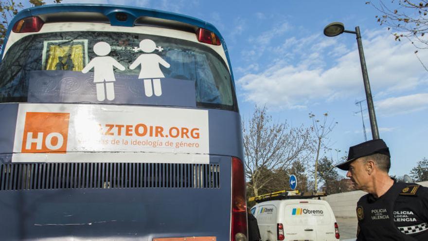 HazteOir fleta tres autobuses en contra de PSOE, PP y Cs