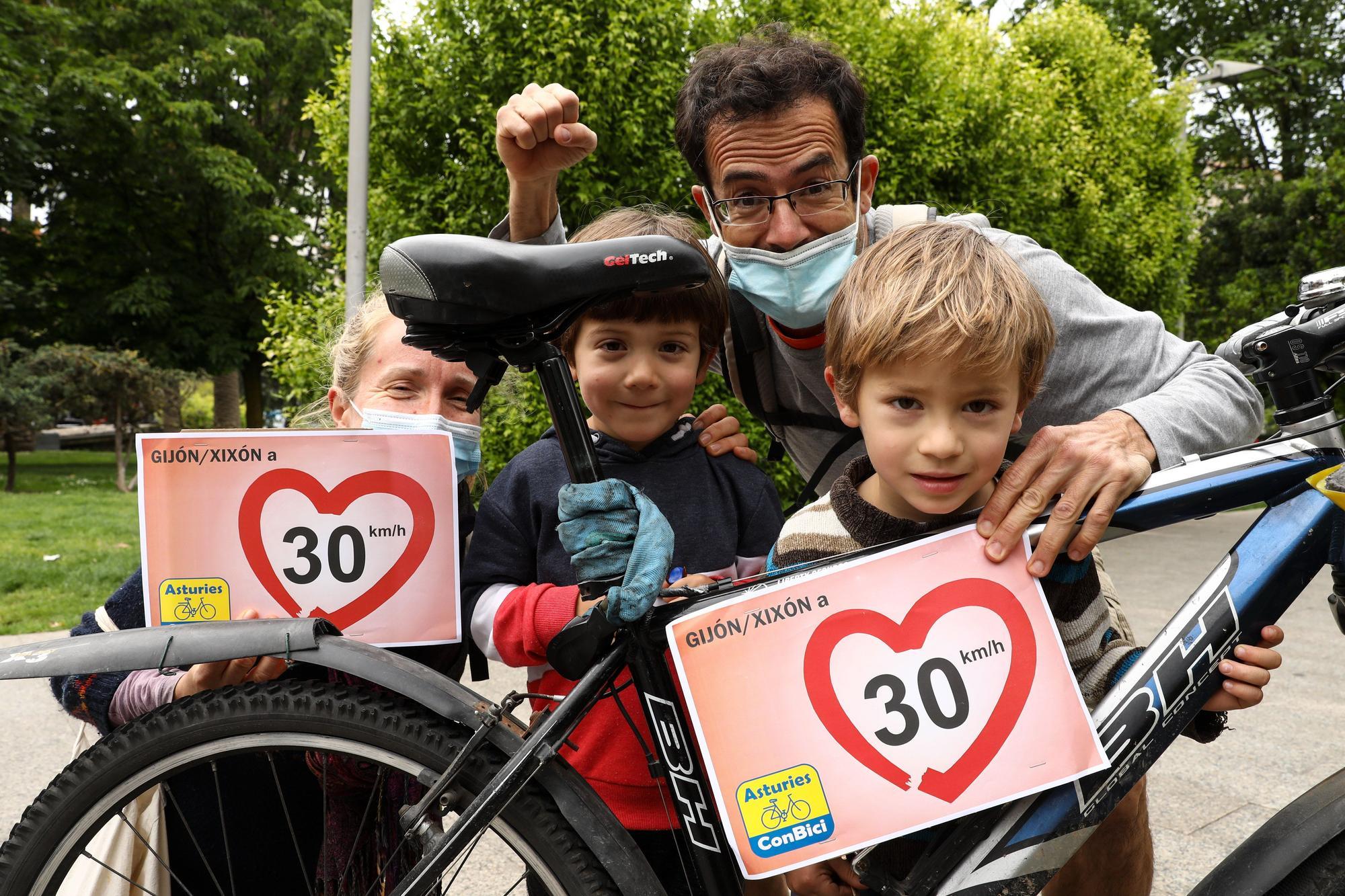 Concentración ciclista en Gijón en apoyo a la limitación de 30 km/h