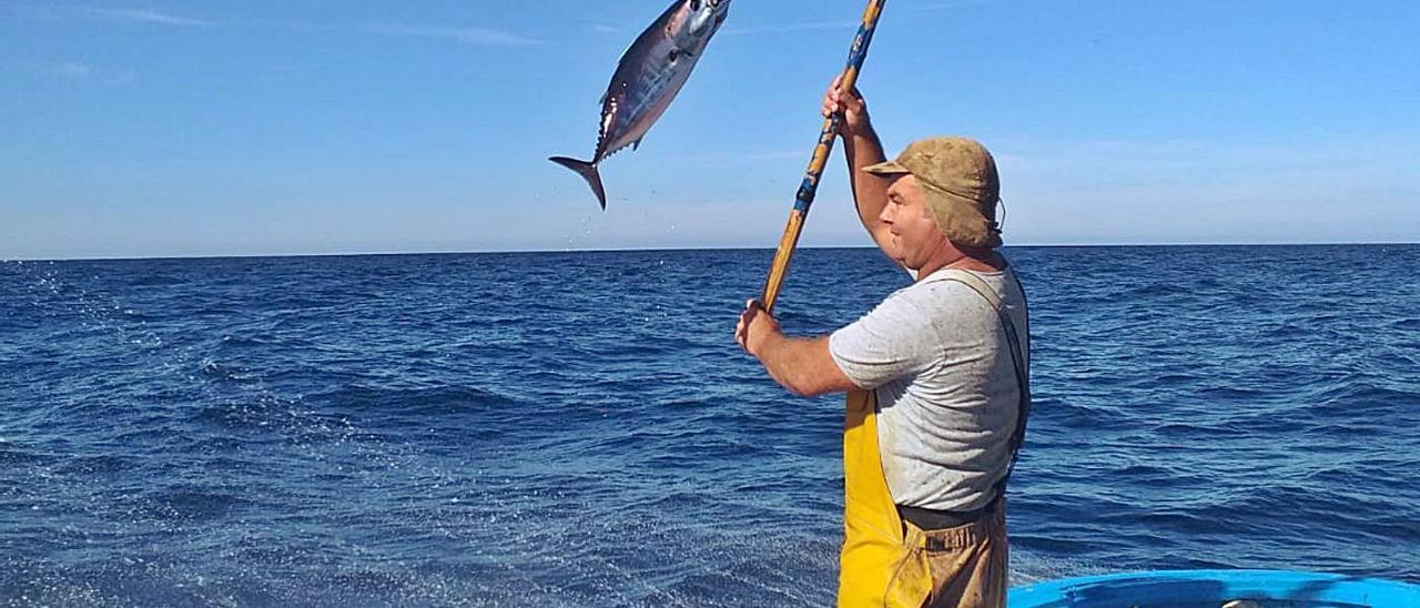 Juan Placeres, a bordo de su embarcación 'Mairena', durante una jornada de pesca.     LP/DLP