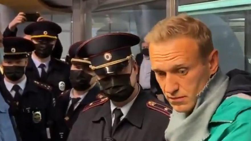 El opositor Navalni pide a sus partidarios salir a la calle tras ser arrestado