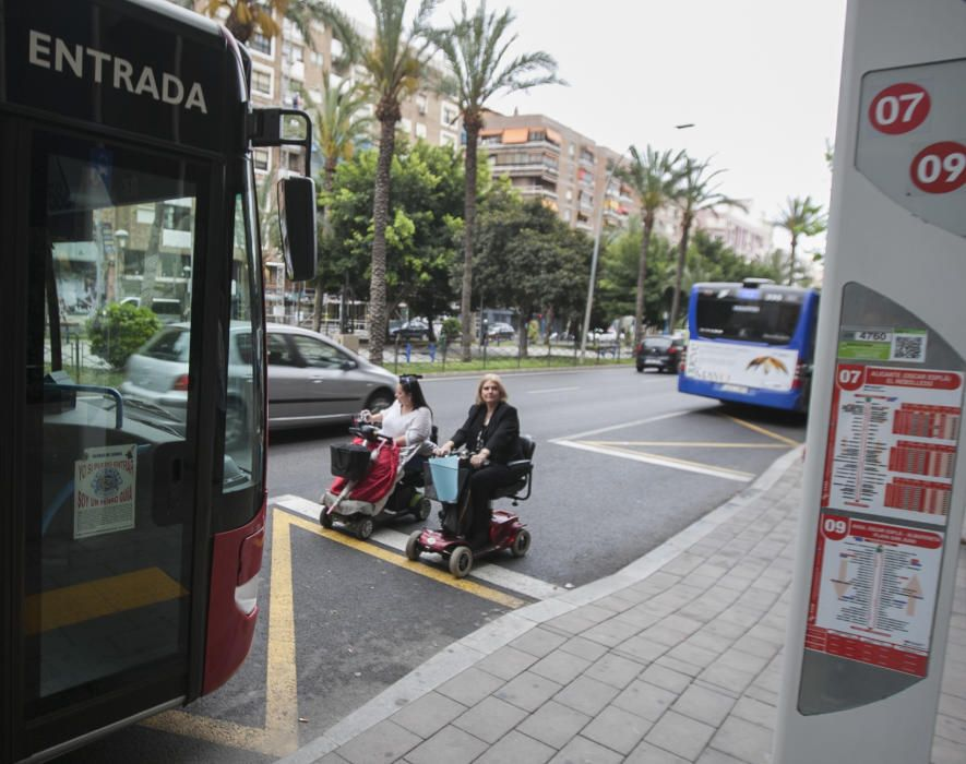 Las mujeres, que tienen problemas de movilidad, se han puesto frente al autobús durante casi una hora en la parada de Óscar Esplá