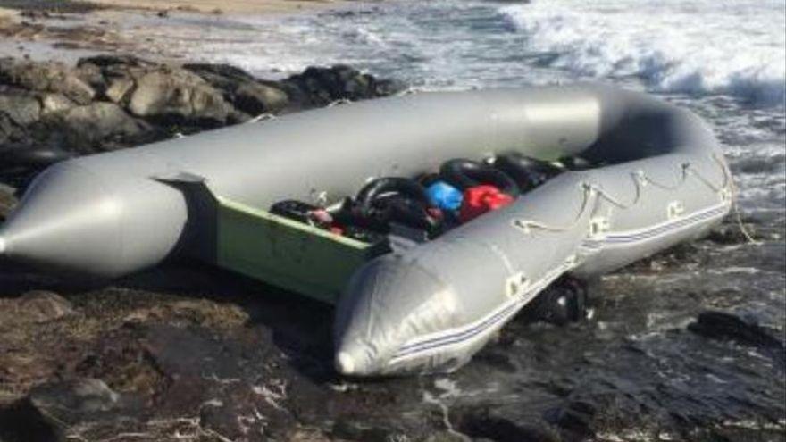 Una neumática con 50 personas llega a Fuerteventura
