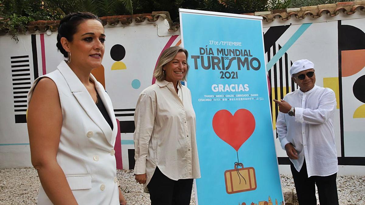 La presidenta de la Comisión de Turismo, Toñi Alcántara, junto a la teniente de alcalde, Isabel Albás, y El Pele.