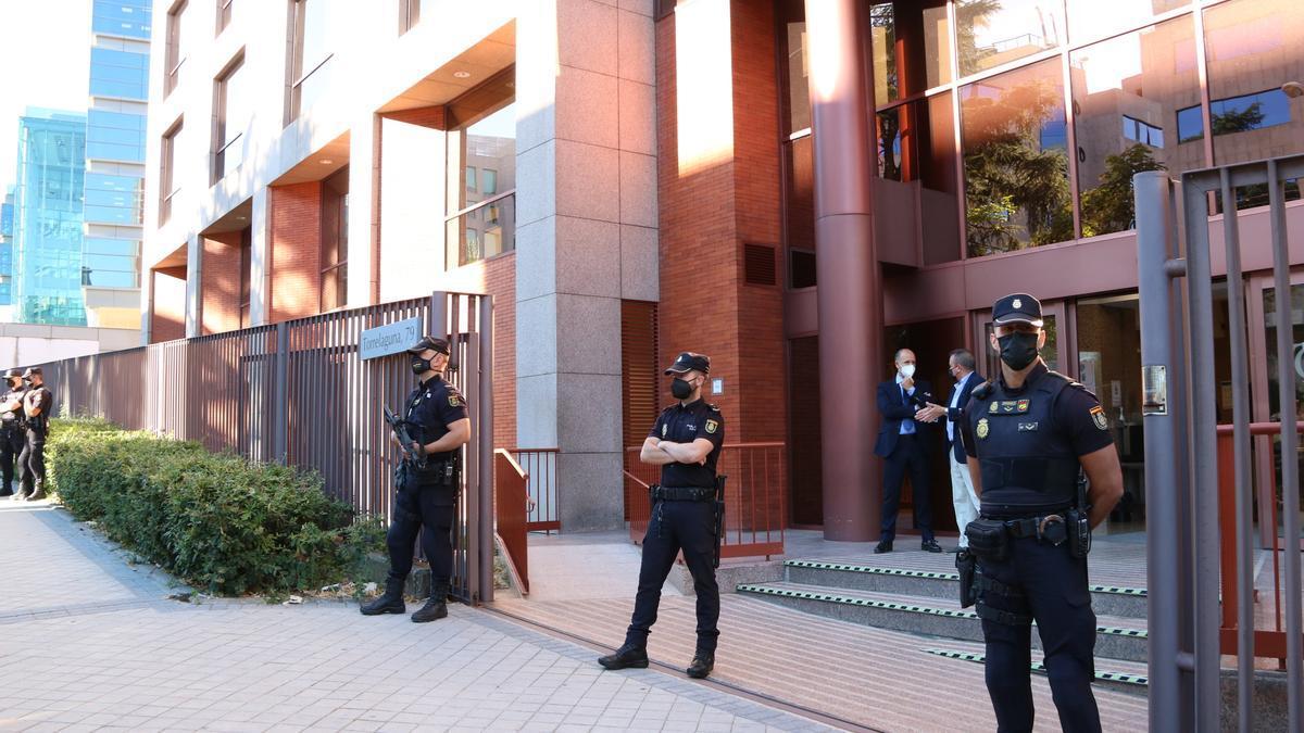 Pla general de l'entrada de la seu del Tribunal de Comptes al carrer Torrelaguna de Madrid on estan citats els 40 excàrrecs del Govern per les despeses d'acció exterior, el 29 de juny de 2021 (horitzontal)