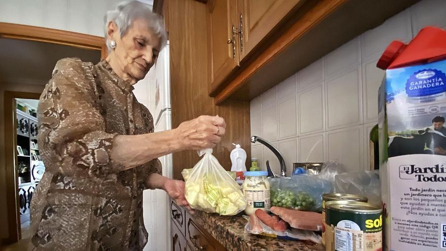 Una lenense de 88 años y enferma de cáncer subsiste sin electricidad en casa