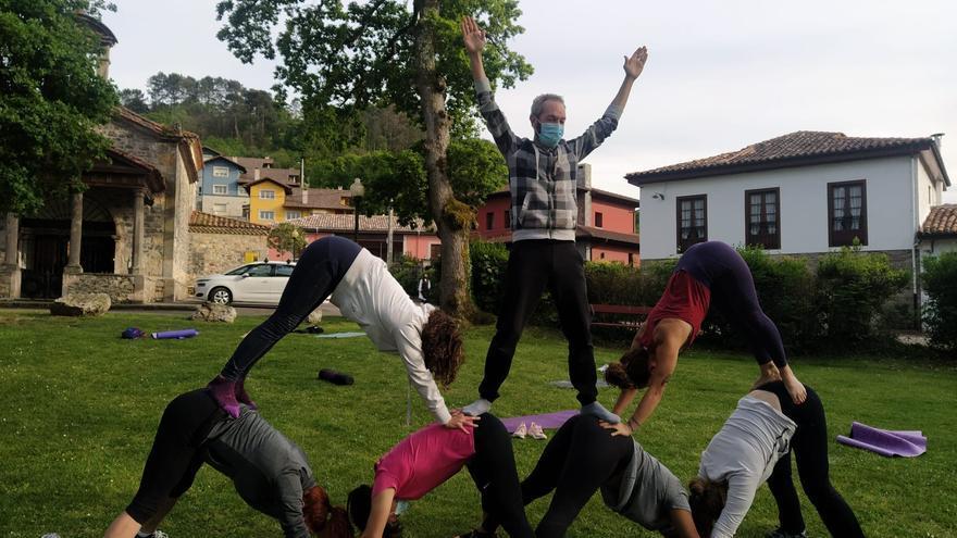 La pandemia y el buen tiempo llevan el yoga al robledal de San Antoniu, en Cangas de Onís