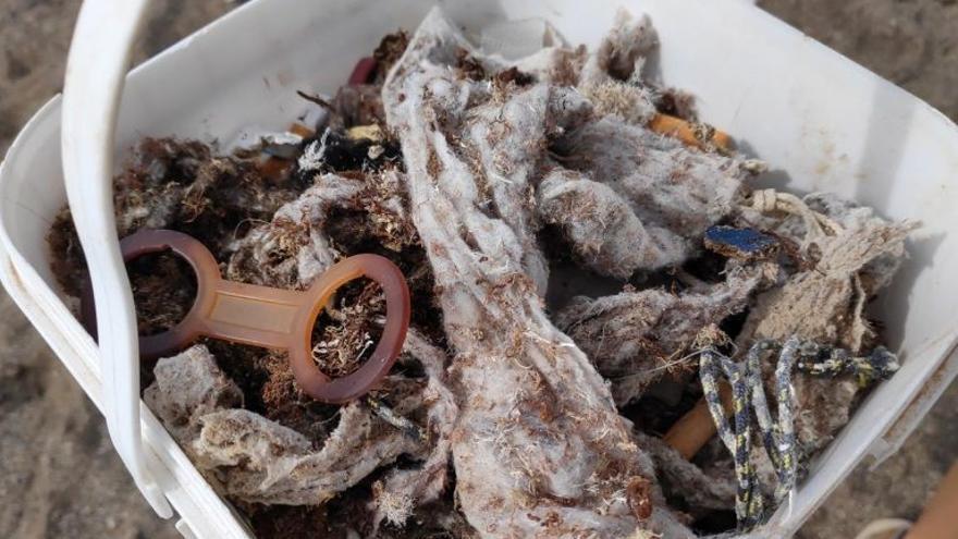 """Retiran plásticos, mascarillas, colillas, latas y """"muchísimas toallitas"""" de una playa en Lanzarote"""