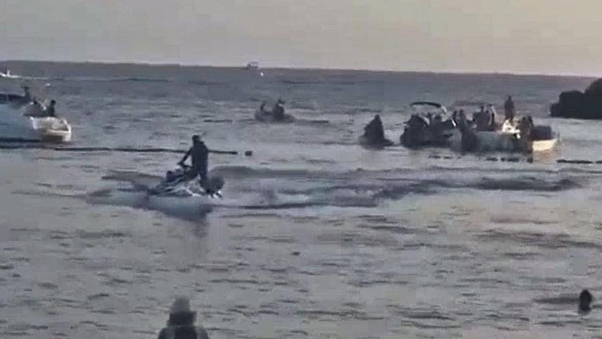 El conductor de moto acuática de Puerto Rico saludó desafiante a los bañistas