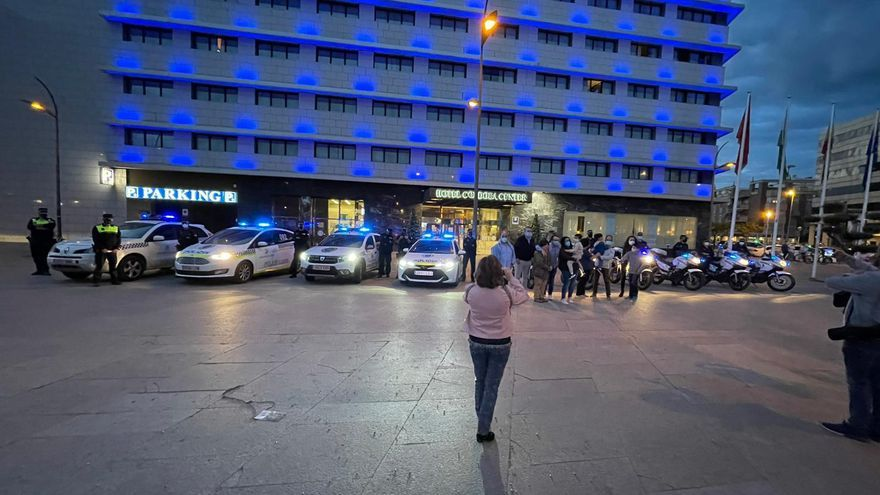 La Policía Local de Córdoba apoya con sus luces azules a las personas con autismo