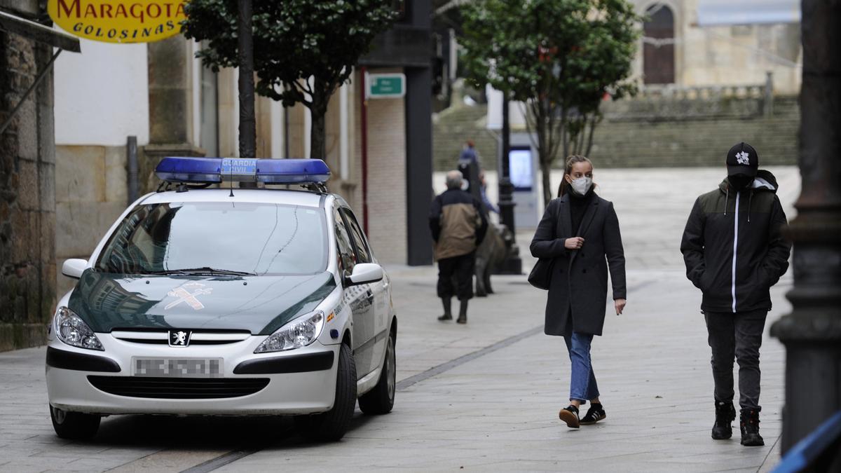 Un coche de la Guardia Civil en una calle de Lalín.