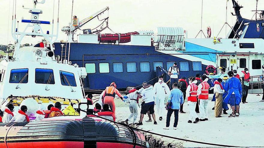 El barco humanitario de Banksy, saturado y a la espera de puerto