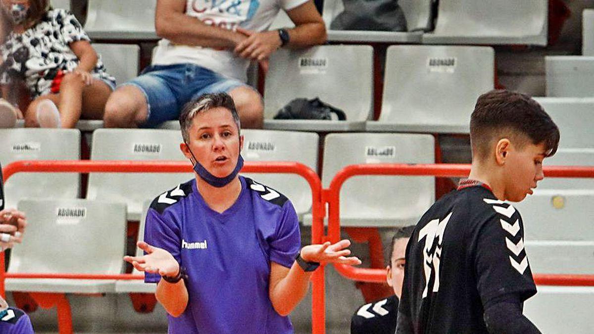 Cristina Cabeza da inscrucciones durante un partido.