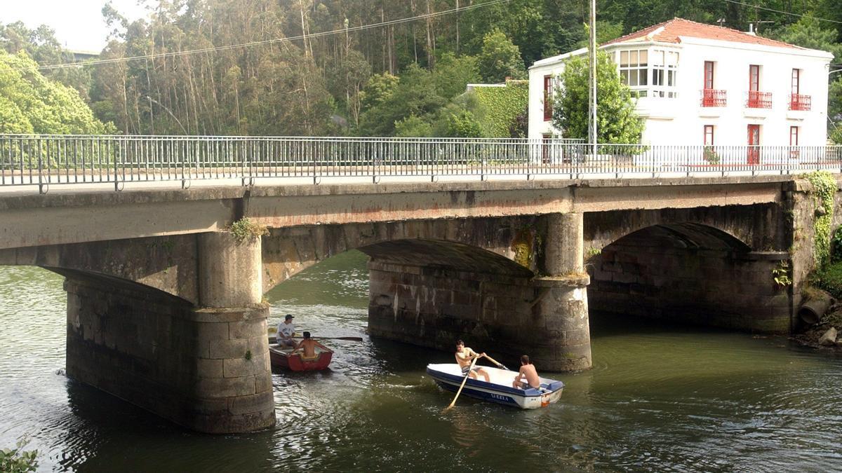 Una embarcación en el río Lambre a su paso por Ponte do Porco, en Miño.