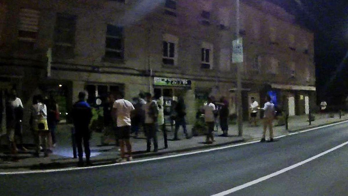 Personas desalojadas del local, que permanecían en la calle.